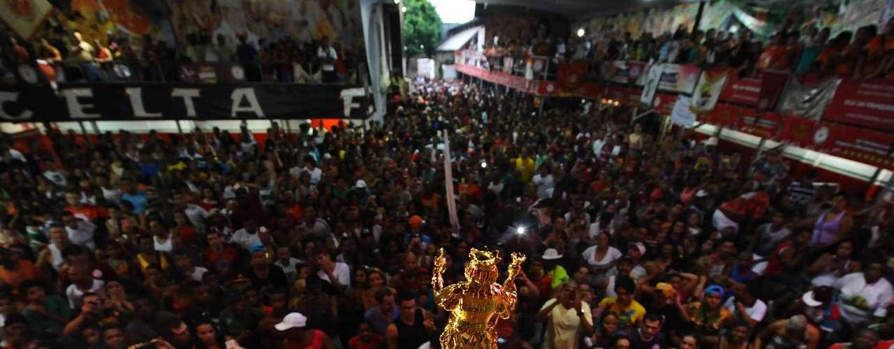 Torcedores e dirigentes da Mocidade Alegre comemoram o bicampeonato na quadra da escola
