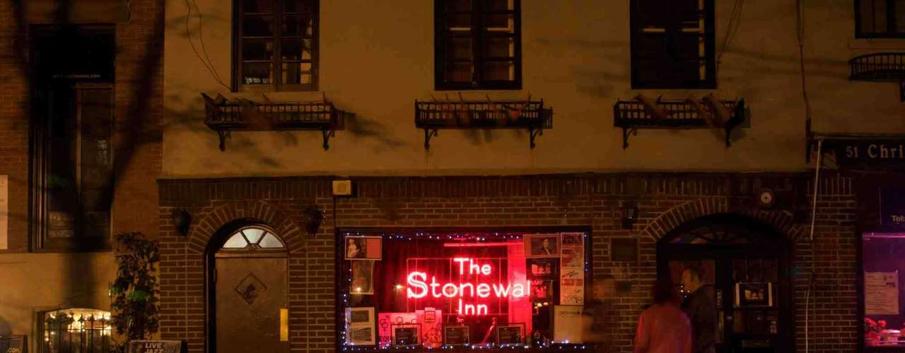 1. Nova York, Estados Unidos -Cidade eclética e liberal, Nova York não tem uma comunidade gay concentrada em apenas uma área, mas restaurantes, bares e livrarias voltadas para este público estão espalhadas por seus cinco distritos. Um dos pontos mais simbólicos para a comunidade gay é o pequeno bar de Stonewall Inn, na rua de Christopher Street, em Greenwich Village, onde começaram ações em1969 que serviram como marco do movimento gay na cidade