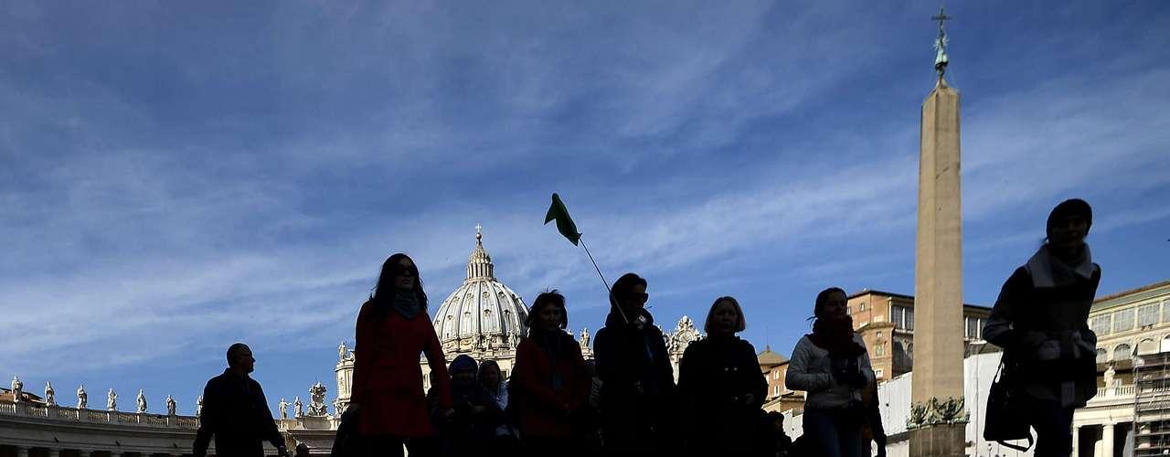 Além dos turistas, jornalistas de todo o mundo se revezavam para transmitir as informações direto do Vaticano