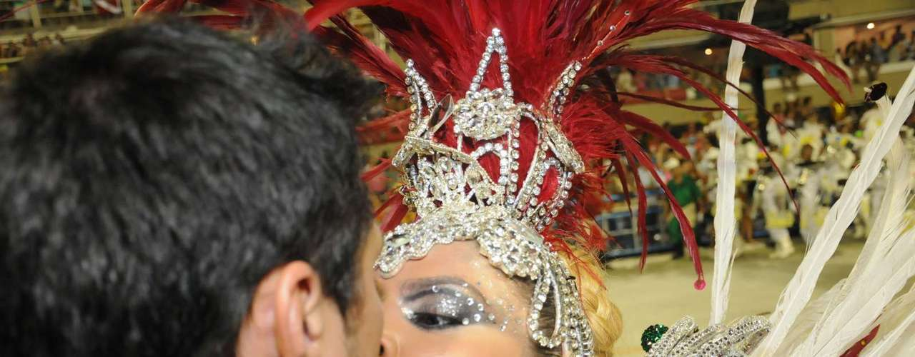 O humorista Ceará beija a mulher, Mirella Santos
