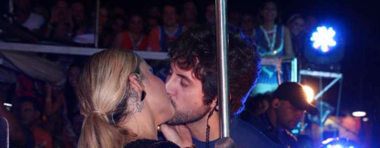 Em cima do trio, em Salvador, a cantora Claudia Leitte beija o marido, Márcio Pedreira