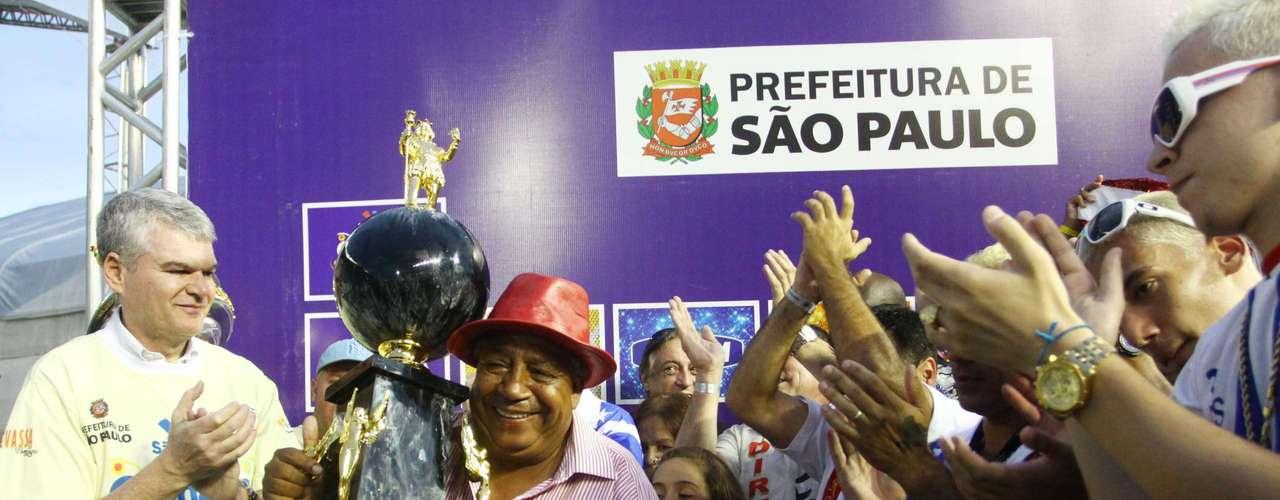 Representantes da Leandro de Itaquera comemoram segunda colocação no grupo de acesso, que credencia a escola para desfilar no Grupo Especial em 2014