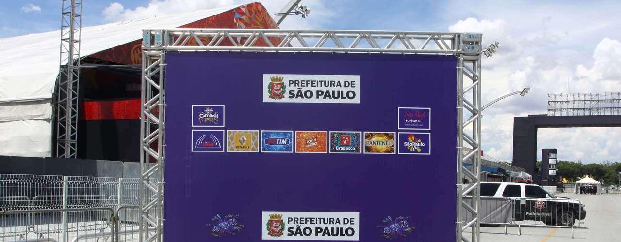 O sambódromo do Anhembi se prepara para a apuração das notas do desfile das escolas de samba de São Paulo