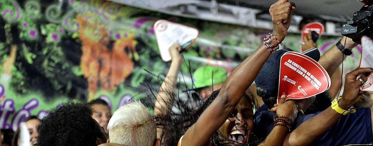 Diretores e torcedores da Mocidade comemoram o título do Carnaval de SP