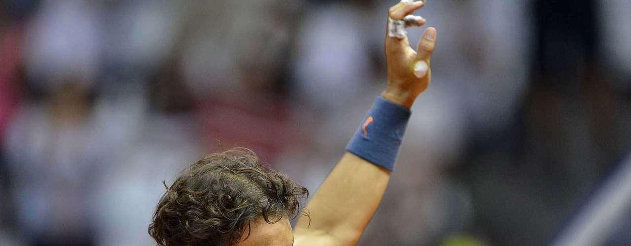 Rafael Nadal cumprimenta a torcida pelo apoio durante o jogo