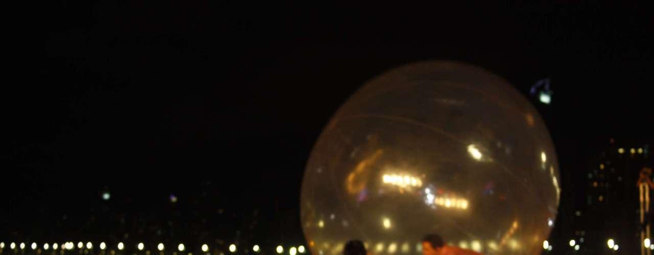 Em determinado momento da apresentação, Sorocaba entrou em uma bolade ar e flutuou sobre o público