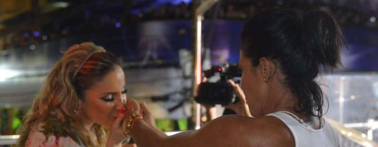 Com presença da ex-dançarina do É o Tchan, Scheila Carvalho, Claudia Leitte comanda o bloco Largardinho em noite de homenagens à Tropicália e à Mônica, personagem de Maurício de Sousa
