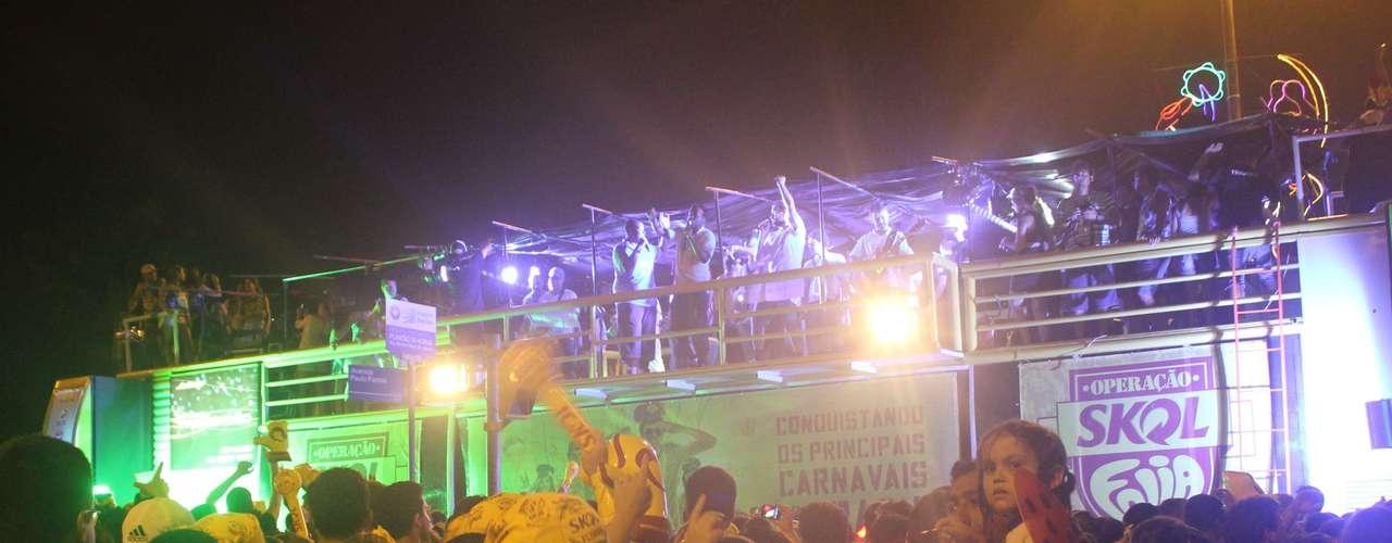 Monobloco encerrou o Carnaval de Florianópolis e arrastou uma multidão de 50 mil pessoas ao centro da cidade na última noite de folia