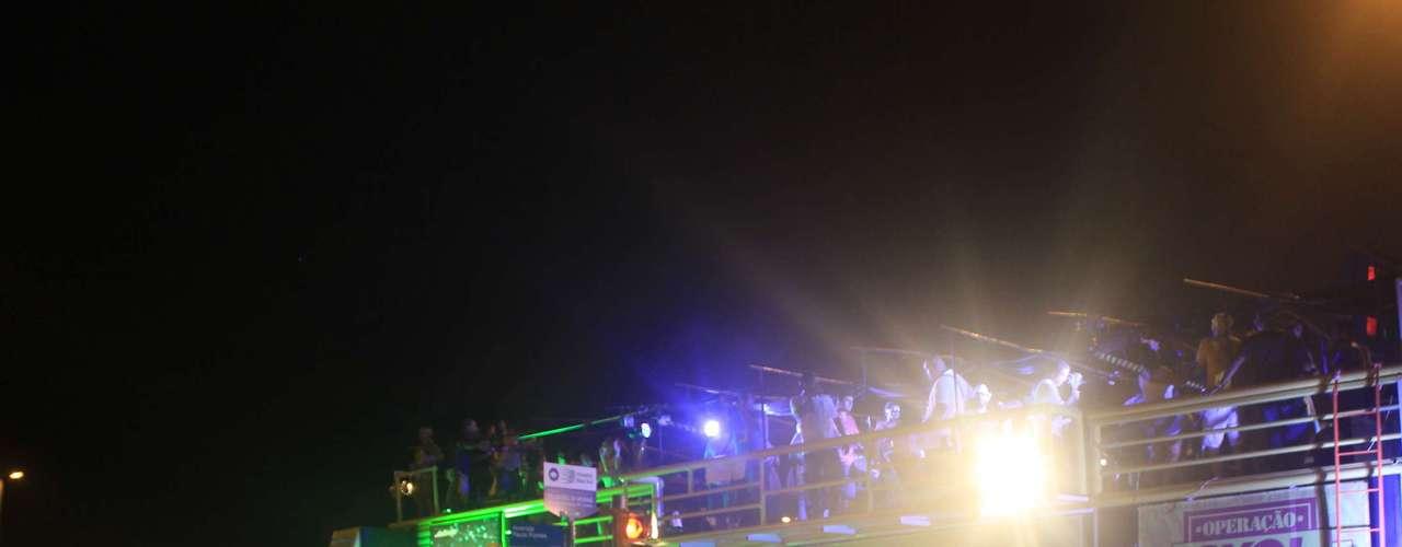Grupo tocou no trio elétrico montado pela Operação Skol Folia e contou com a sorte: depois de um dia extremamente chuvoso, o tempo melhorou durante o show de quase duas horas na principal praça da capital catarinense