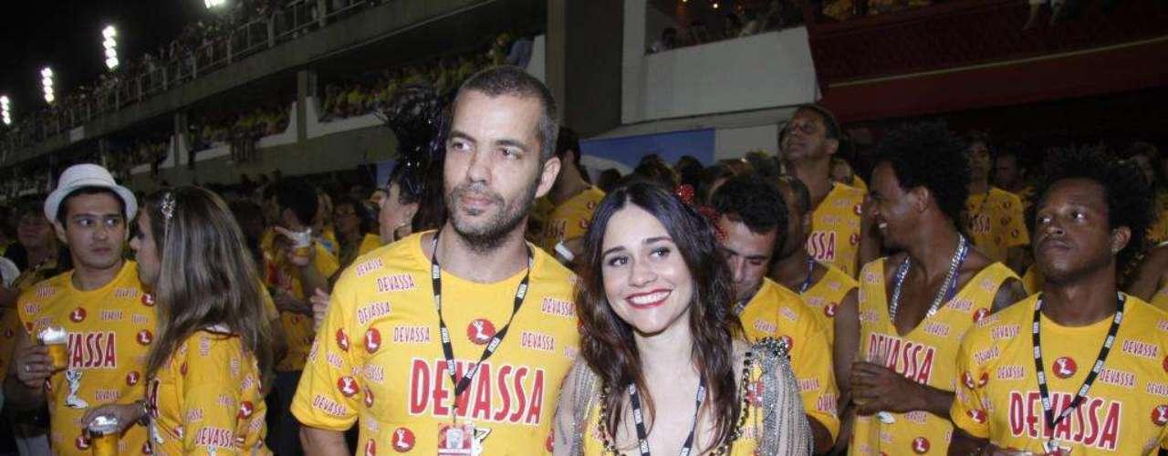 Alessandra Negrini curtiu o Carnaval com o marido no camarote
