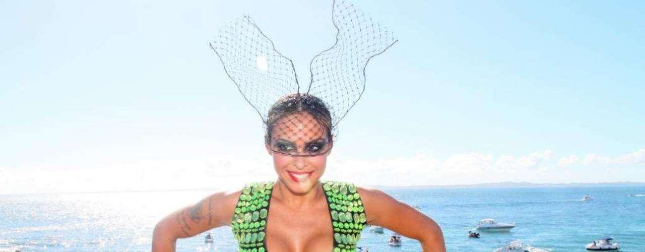 Aline Rosa se prepara para entrar no trio elétrico do Cheiro de Amor