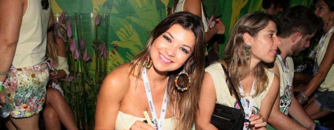 Amanda Françoso come sushi no camarote de Claudia Leitte em Salvador
