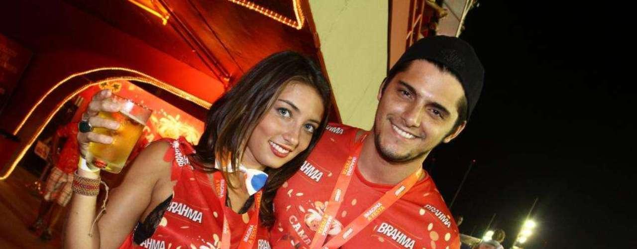 Bruno Gissoni curtiu o camarote com a namorada