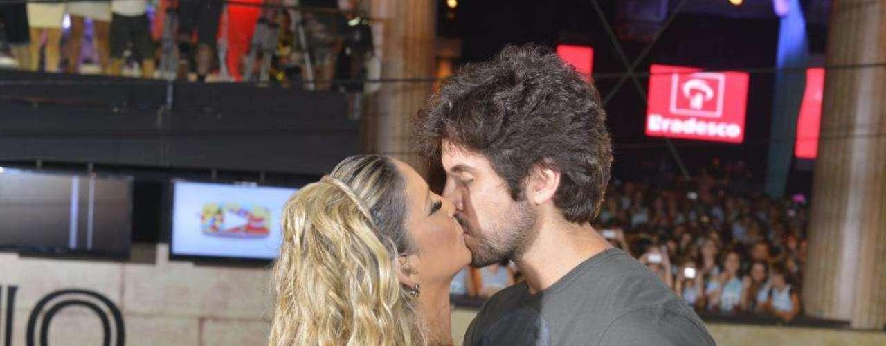 A musa baiana aproveita o intervalo para dar um beijo no marido