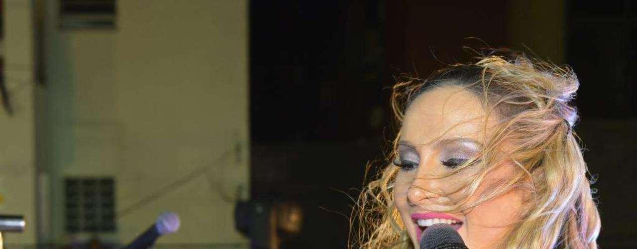 Claudia Leitte cantou e agitou a galera em cima do trio