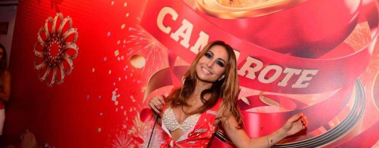 E como ninguém é de ferro, Sabrina Sato passou no camarote para curtir o Carnaval