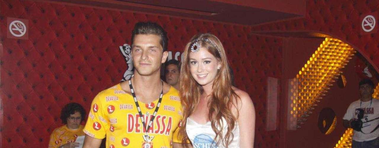 Marina Ruy Barbosa vai com o namorado para um camarote curtir o Carnaval. Como é menor de idade, produziu a camiseta de uma marca de água com uma calça bordada com spikes