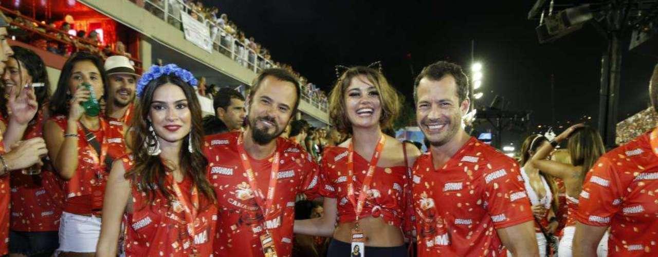 Thaila Ayala e Paulinho Vilhena assistem ao desfile ao lado dos amigos Sophie Charlotte e Malvino Salvador