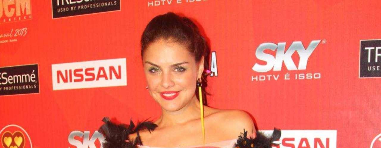 Paloma Bernardi deixou as maldades de sua personagem Rosângela, de Salve Jorge, de lado e foi curtir o Carnaval
