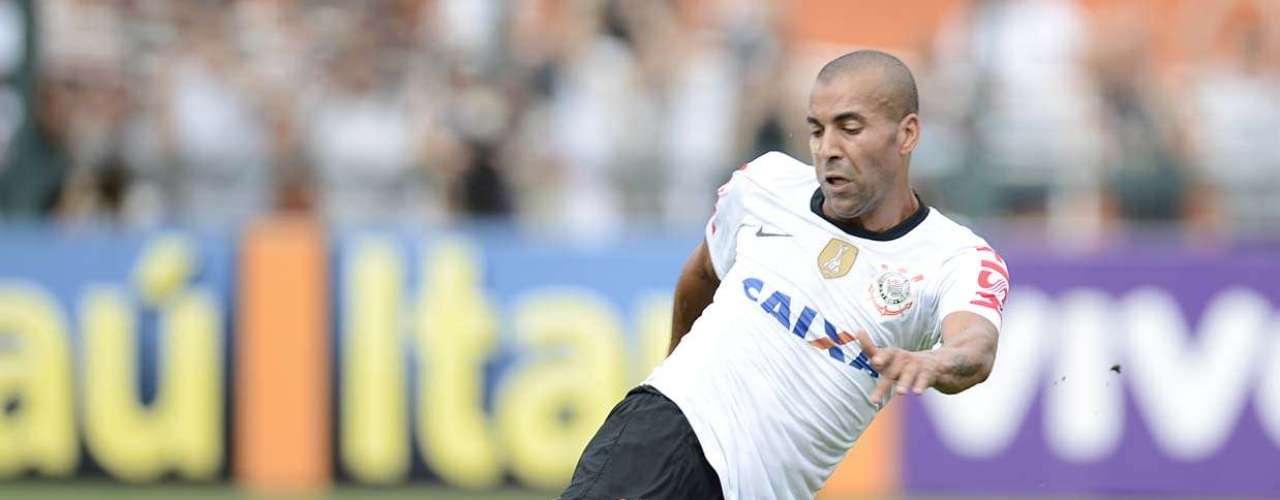 Após levantamento de Fábio Santos e ajeitada de Paulo André, Emerson chutou com estilo para abrir o placar