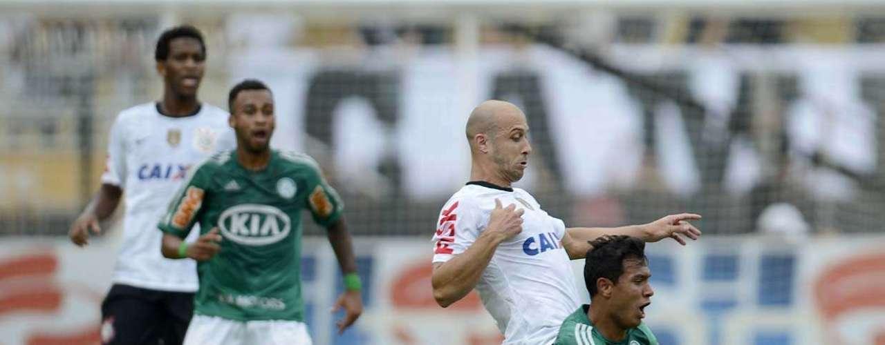 Vinícius, único atacante de ofício no time titular, também se movimentou bastante - assim como Patrick Vieira