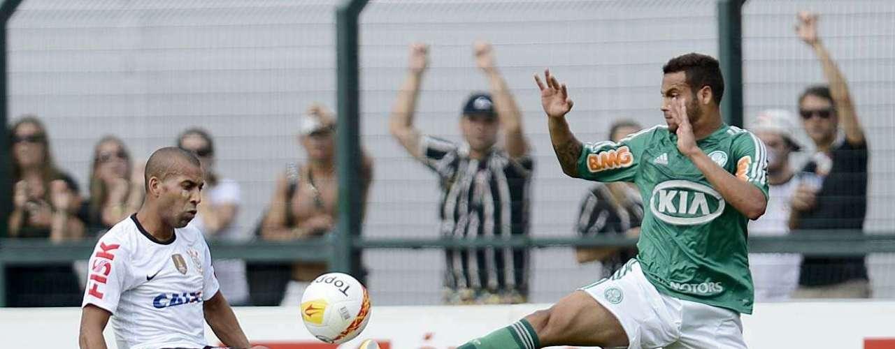 Ex-Corinthians, lateral Weldinho (à direita) enfrentou o ex-clube neste domingo