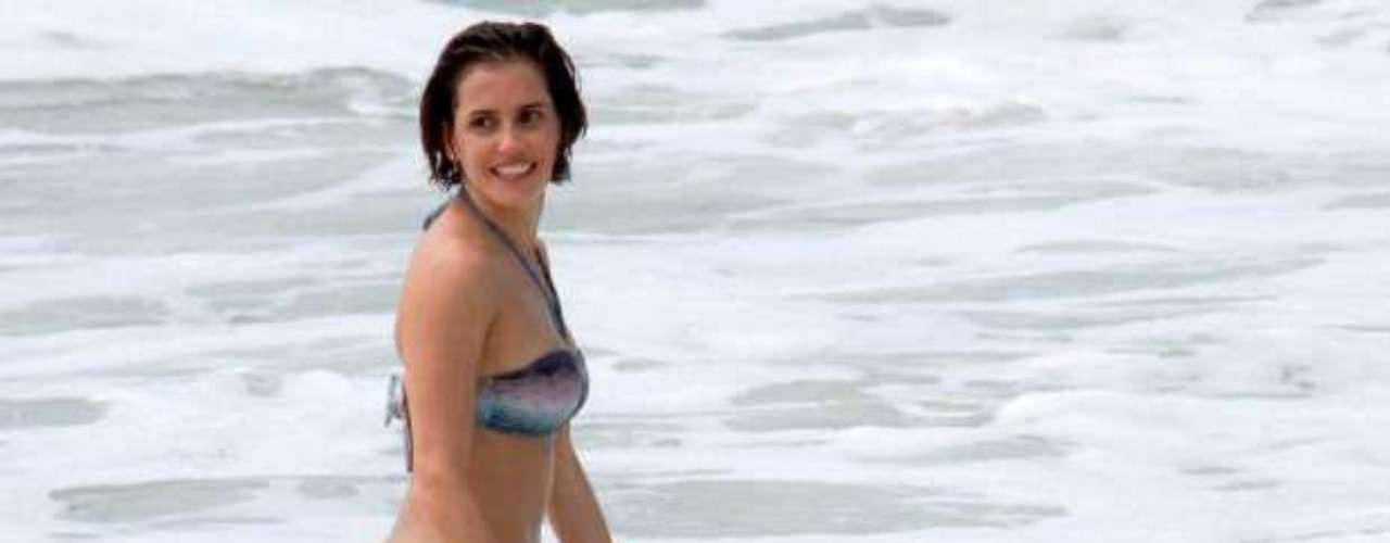 Deborah Secco se refrescou de biquíni na praia da Macumba durante gravação de um dos episódios da série Louco Por Elas