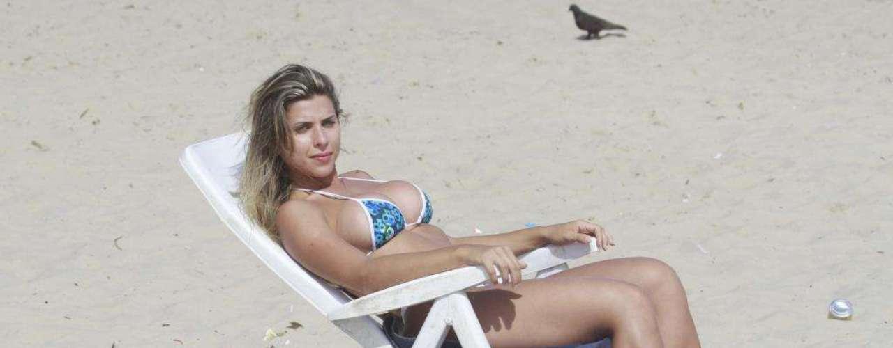Musa da Gaviões da Fiel, Ana Paula Minerato  reforçou o bronzeado na praia da Barra