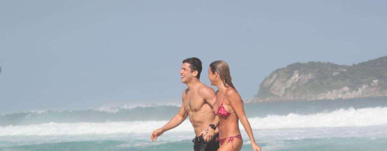 Bia Feres, atleta de nado sincronizado, foi clicada passeando na praia da Barra da Tijuca de mãos dadas com o namorado