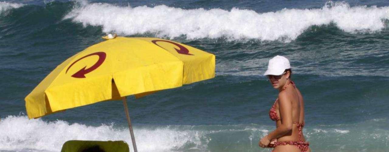 Fernanda Souza escolheu a praia da Reserva para curtir o sol ao lado de sua mãe