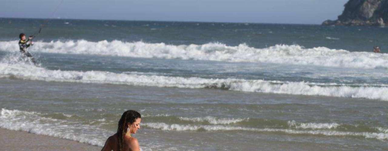 Modelo Carol Abranches mostrou o corpo definido na praia da Barra
