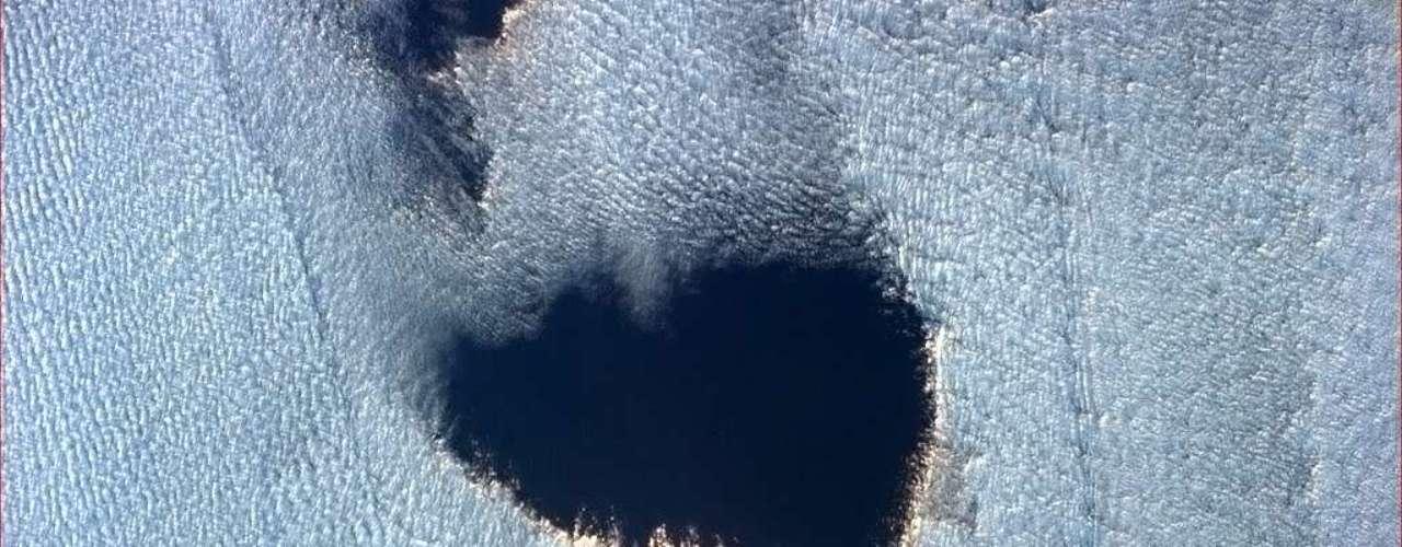 As nuvens passam com rapidez, mas o astronauta Chris Hadfield conseguiu capturar um \