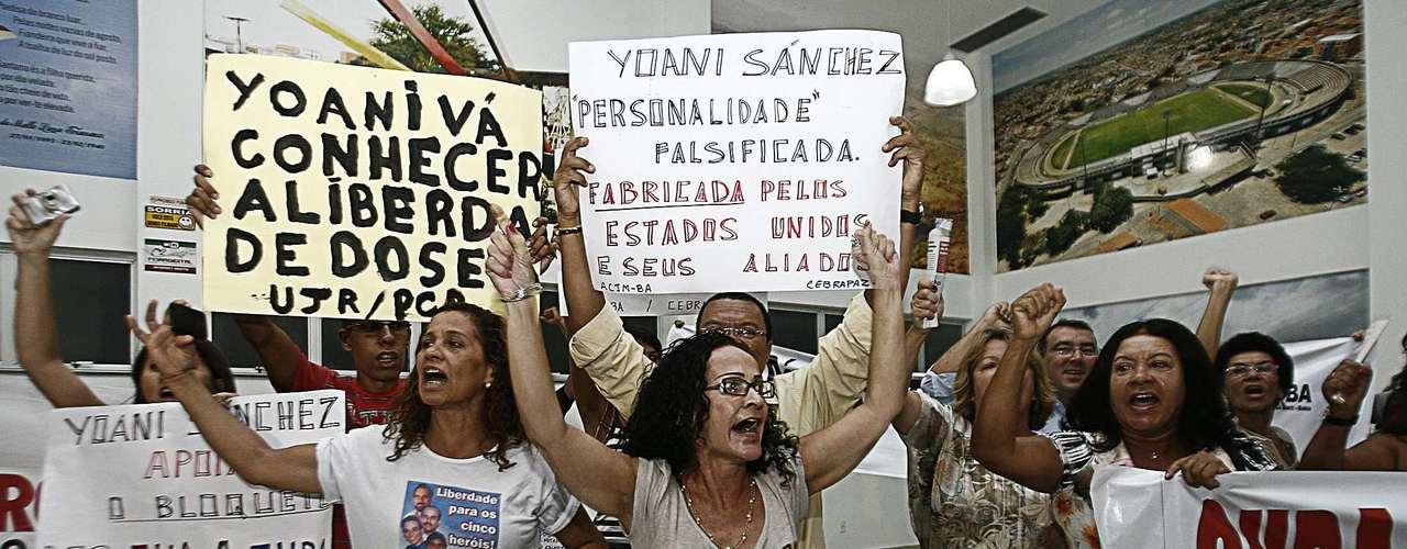 De acordo com Yoani, o seu principal objetivo é expor  tudo o que realmente acontece em Cuba para o mundo  e para ela a  reação das pessoas é conseqüência desse ato