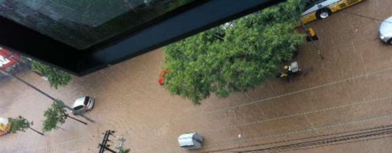 A cidade registrou ao menos 26 pontos de acúmulo de água