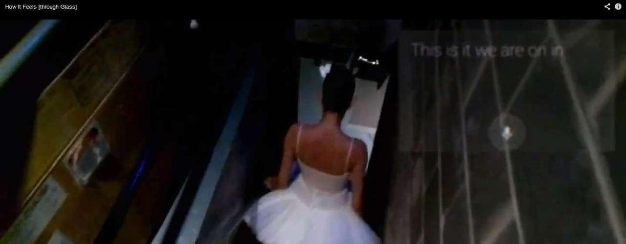Num dos exemplos, uma bailarina grava uma mensagem de voz pouco antes de entrar no palco. O Google recrutou voluntários para testar o óculos