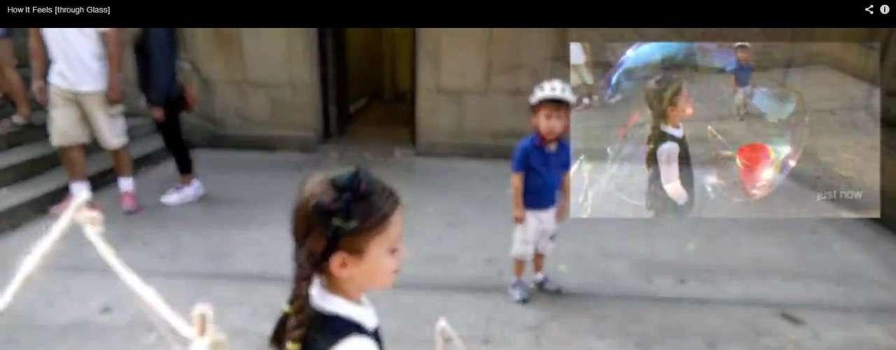 No parque,uma foto é tirada no momento em quem uma criança é envolta por uma bolha de sabão. Os conteúdos gerados podem ser compartilhados na hora pelos usuários