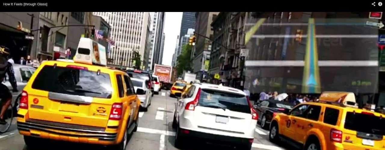 Em Nova York, o recurso de mapas indica como um GPS a direção que o usuário deve tomar