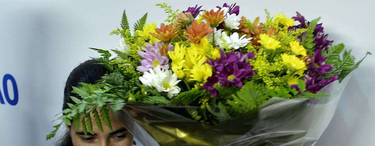 Yoani segura flores recebidas no evento