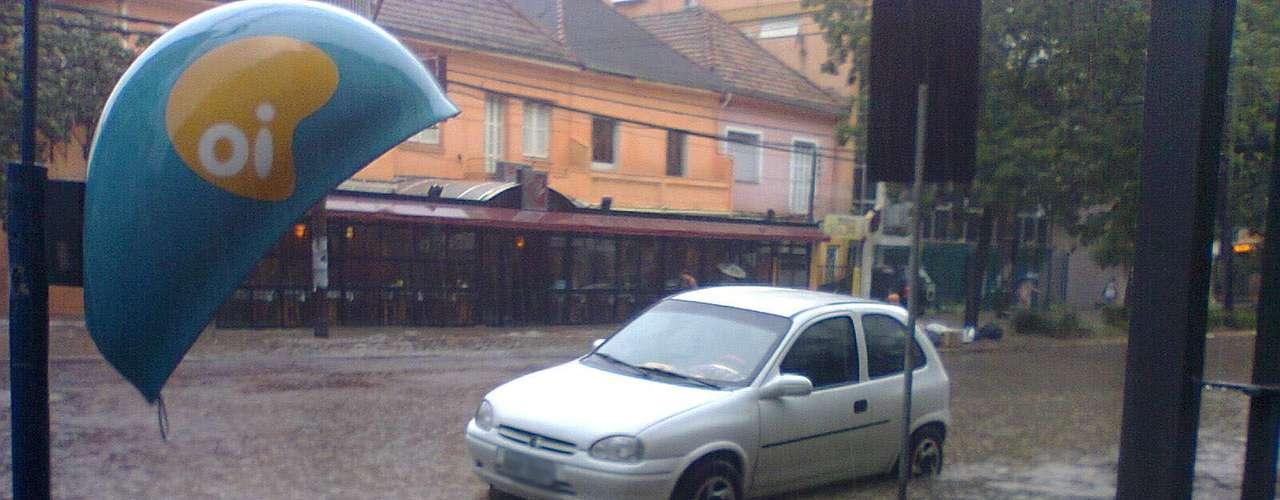 Carro ficou ilhado na avenida Venâncio Aires, no bairro Santana