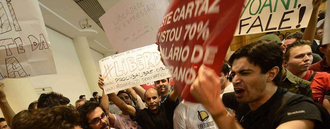 Manifestantes discutem durante o tumulto causado pela presença da blogueira cubana em shopping de São Paulo