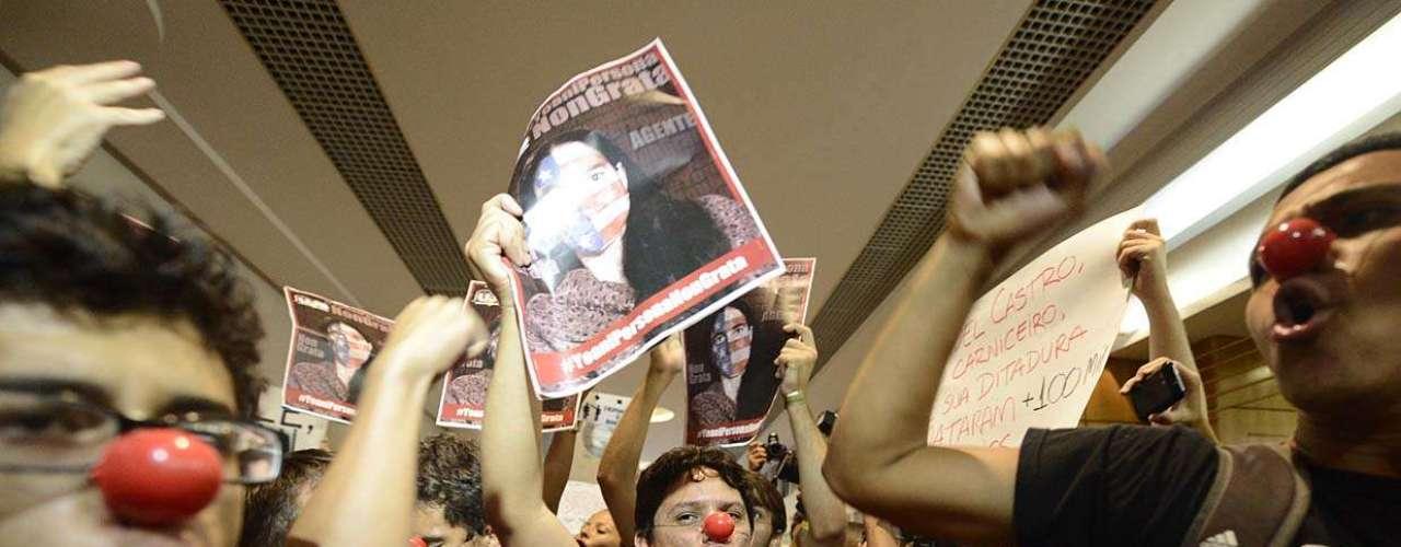 Munido de nariz de palhaço, homem critica presença de Yoani no Brasil