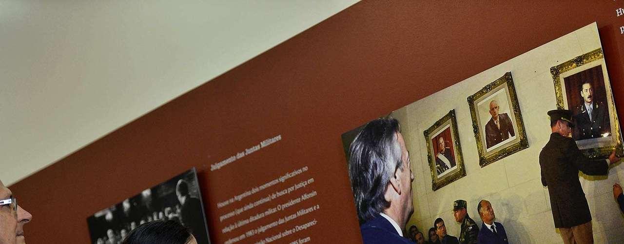 Yoani observa uma das fotos da exposição que mostra o ex-presidente da Argentina, Néstor Kirchner, durante retira dos quadros dos ditadores da sede do Colégio Militar de Buenos Aires em 2004