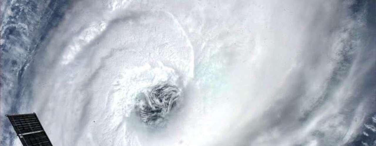 O astronauta Thomas H. Marshburn fotografou a passagem do ciclone Haurna sobre Moçambique diretamente do espaço. O americano está vivendo a bordo da Estação Espacial Internacional (ISS, na sigla em inglês) e, junto com o colega Chris Hadfield, posta diariamente fotos da Terra e de atividades corriqueiras na estação