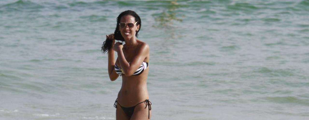 A ex-BBB Aline também foi flagrada pelos paparazzi enquanto exibia seu corpitcho na praia da Barra da Tijuca