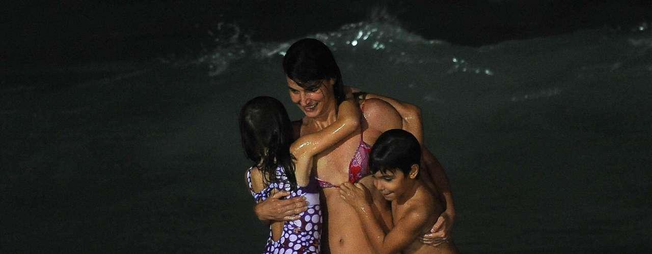 21 de fevereiro - Família aproveita banho noturno no Arpoador, Rio de Janeiro