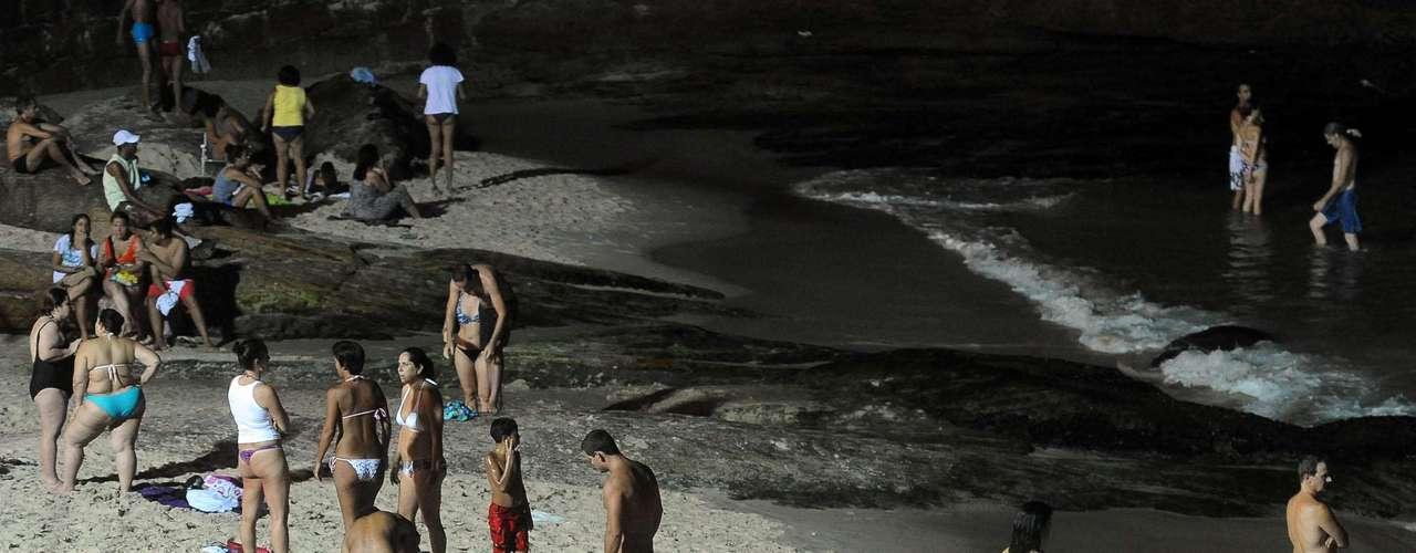 21 de fevereiro -Turbinados em 2011, os refletores na praia garantem o banho de mar noturno