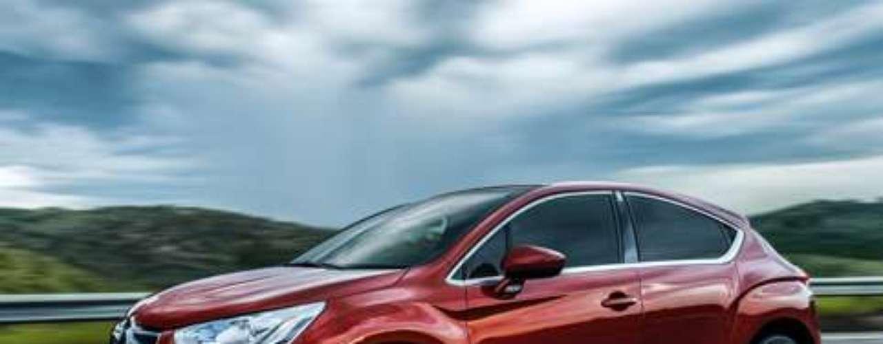 O carro possui câmbio automático de seis velocidades, além de freios dianteiros que utilizam discos ventilados de grande tamanho. De série, o DS4 tem sistemas dedicados ao controle de frenagem, rodas de liga leve com 18 polegadas, faróis de neblina, sensores de veículos em ponto cego do retrovisor, sistema de auxílio á baliza e para-brisa com para-sol deslizante