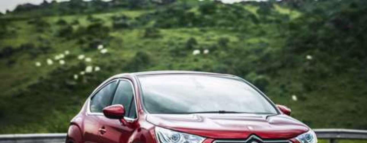 O modelo possui porá-malas com 395 litros e porta-objeto dianteiro capaz de receber uma garrafa de 1,5 litro. O Citroën DS4 possui 4,27 metros de comprimento, 1,81 metro de largura e 1,53 m de altura