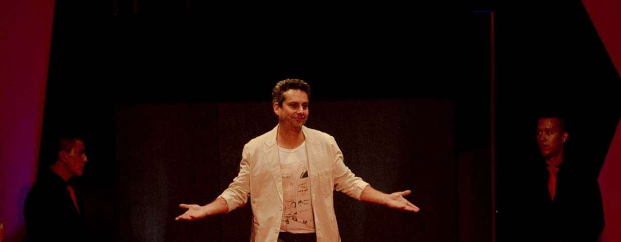 O ator voltou ao palco com blazer branco