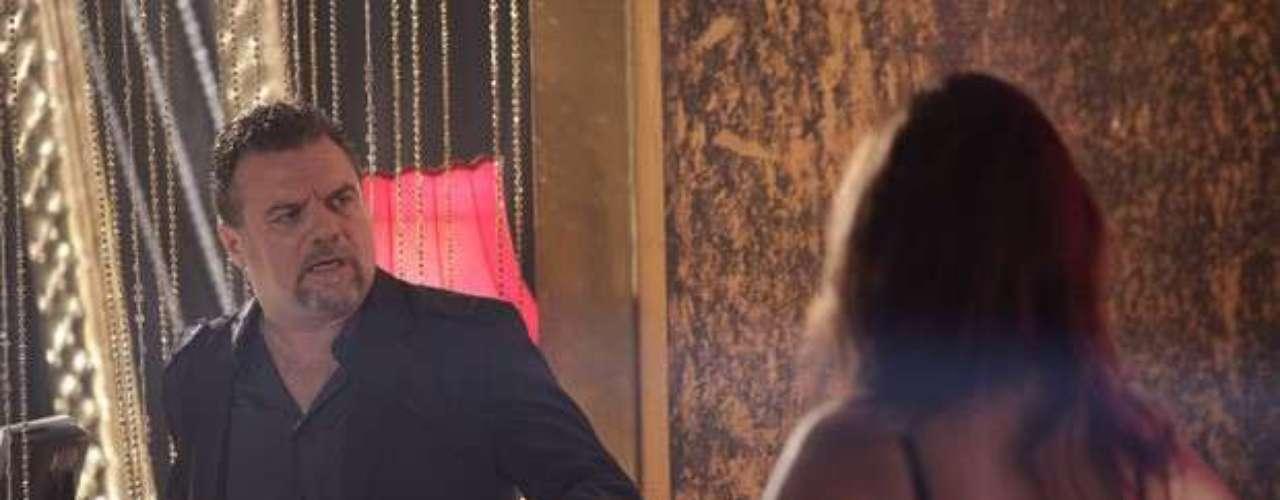Waleska (Laryssa Dias) esconde Yuri em um dos quarto da boate. Ao notar que o gato sumiu, Russo (Adriano Garib) se desespera e anda pelas ruas de Istambul para achar o bicho de estimação